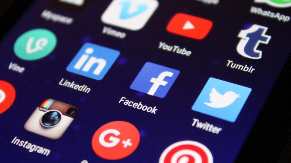 5 simple reasons to outsource your social media management services